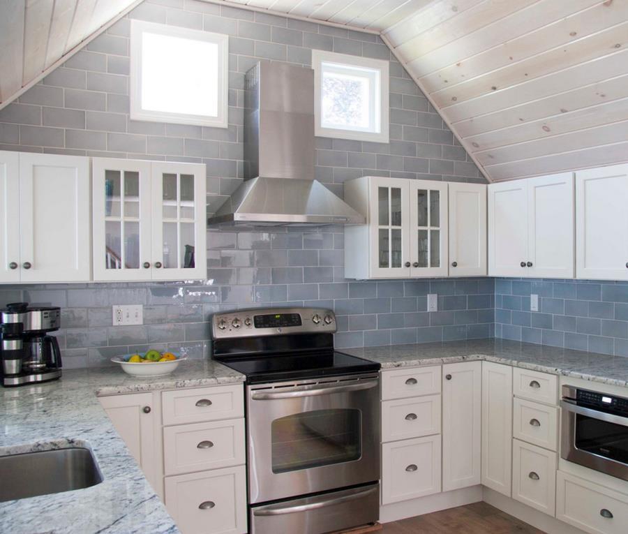 Белые столешницы на кухне из гранита - фото 4