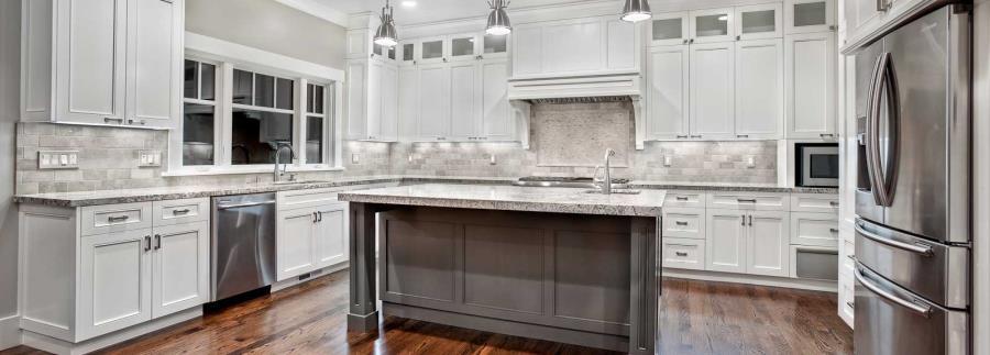 Белые столешницы на кухне из гранита - фото 5