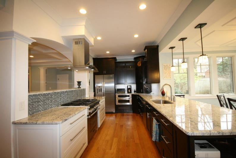 Белые столешницы на кухне из гранита - фото 8