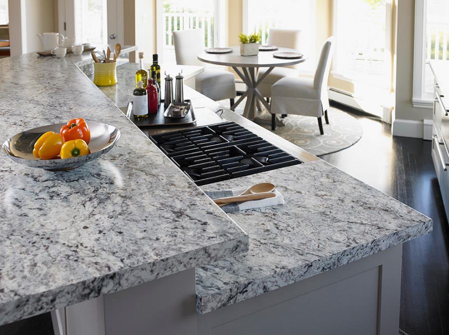 Белые столешницы на кухне из искусственного камня Formica
