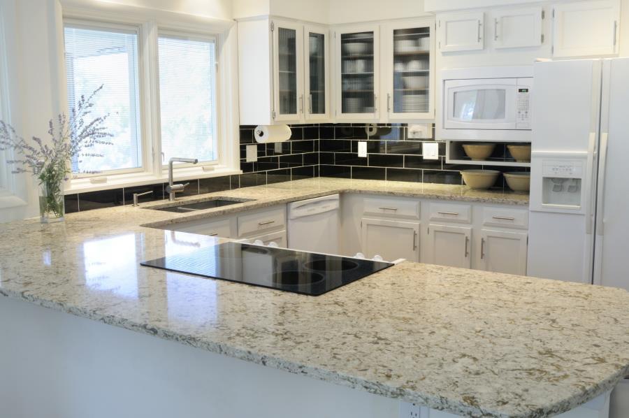 Белые столешницы на кухне из искусственного кварца