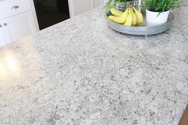 Белые столешницы на кухне из искусственного камня