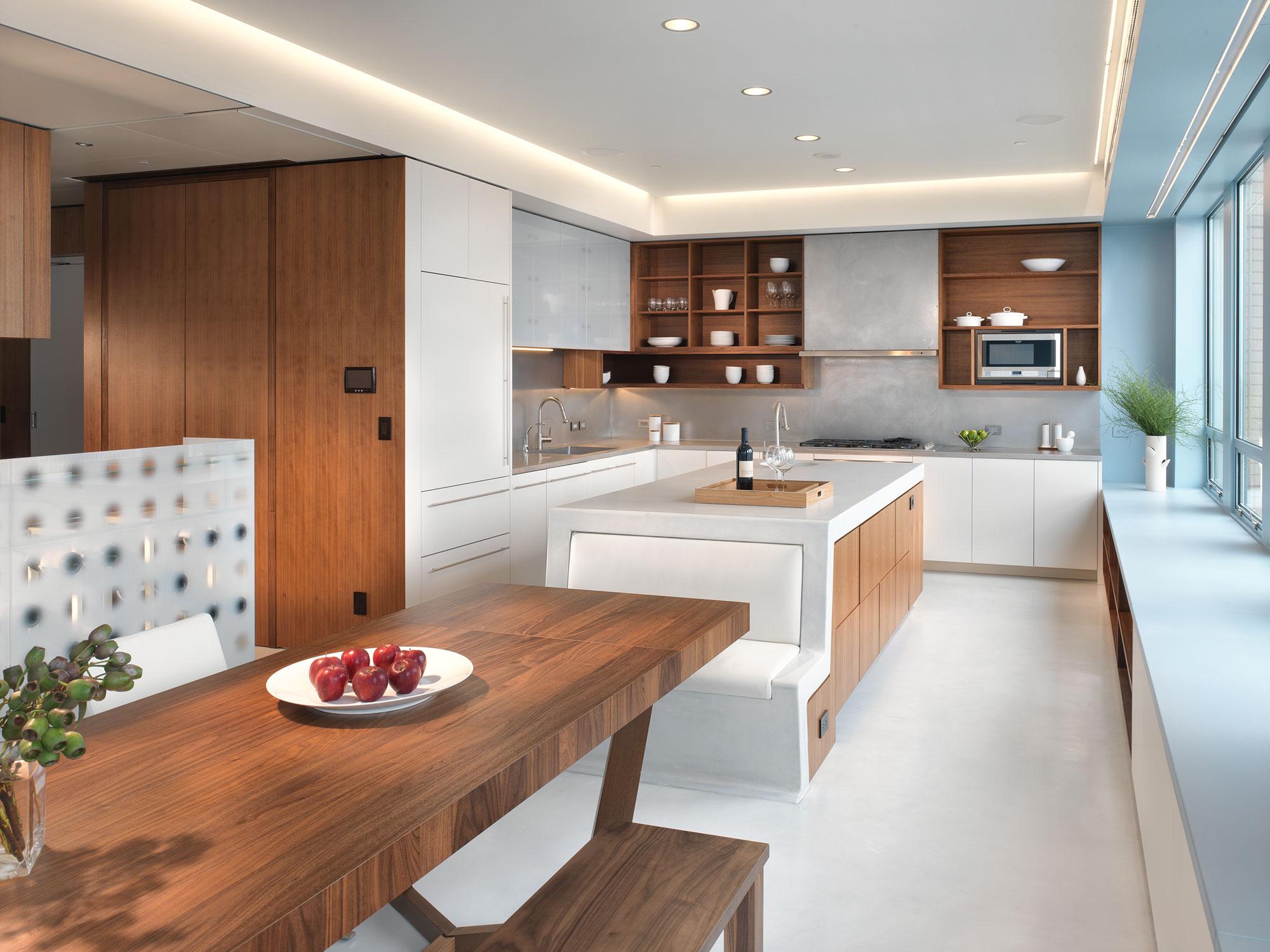 Мягкий диванчик в интерьере кухни