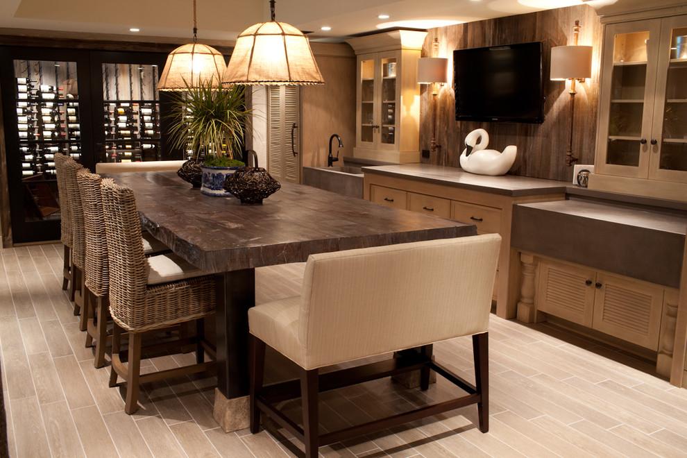 Широкое кресло у обеденного стола кухни в деревенском стиле