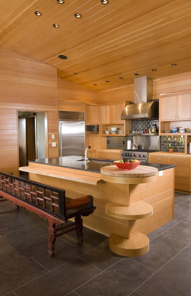 Длинная скамья в интерьере кухни из натурального дерева