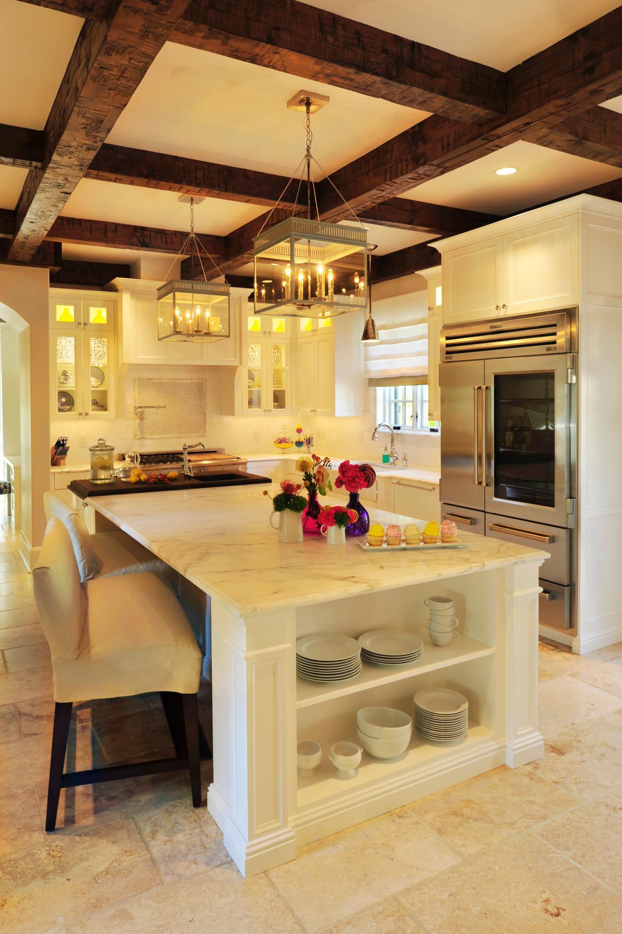 Мягкий диванчик в интерьере белой кухни