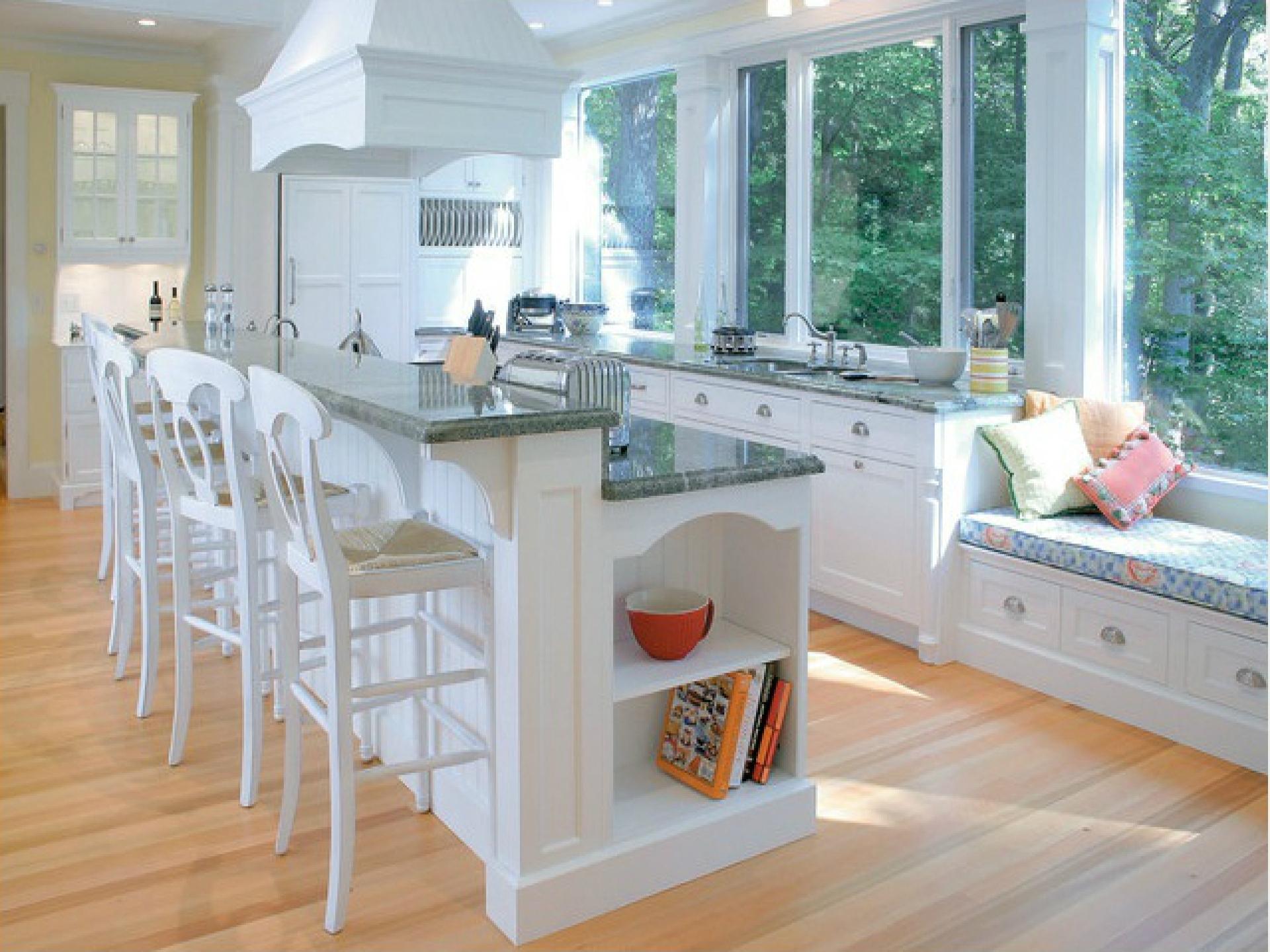 Элегантные барные стулья в интерьере современной белой кухни