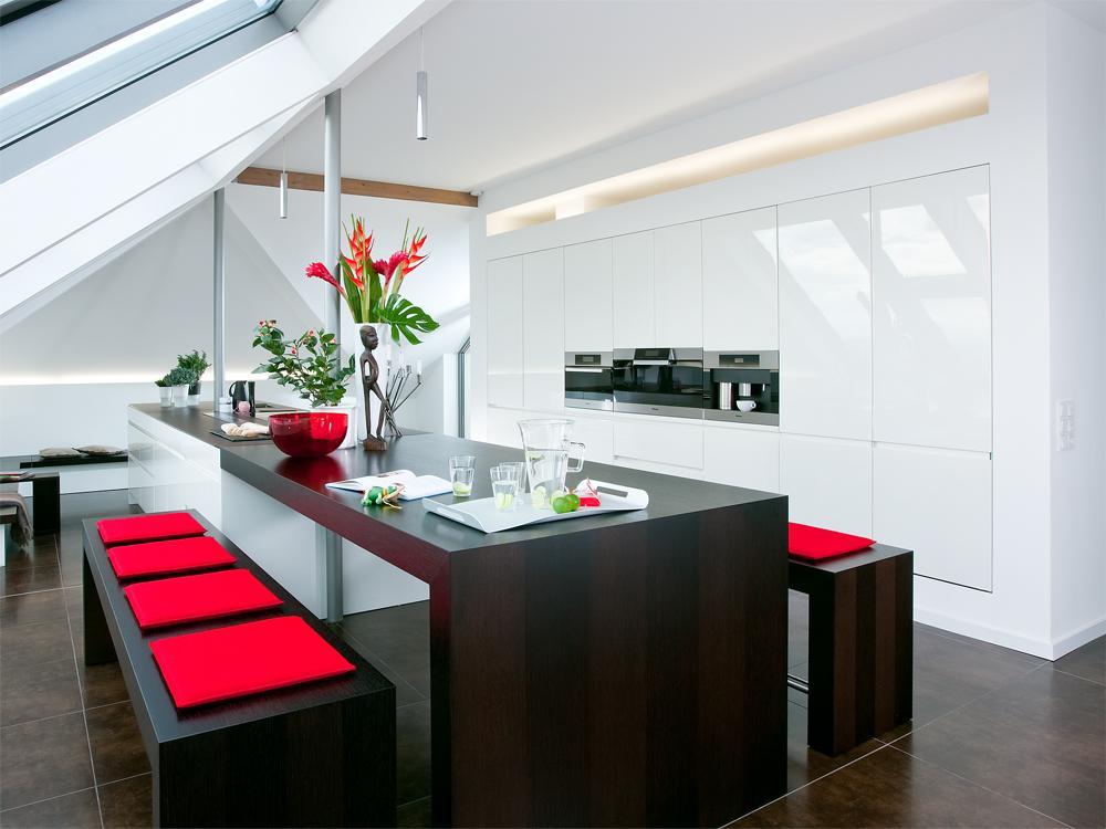 Скамейки с красными подушками в современном интерьере чёрной кухни