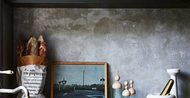 Бетон на кухне с чёрной мебелью