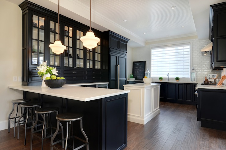 Потрясающий дизайн стильного интерьера кухни в чёрной гамме