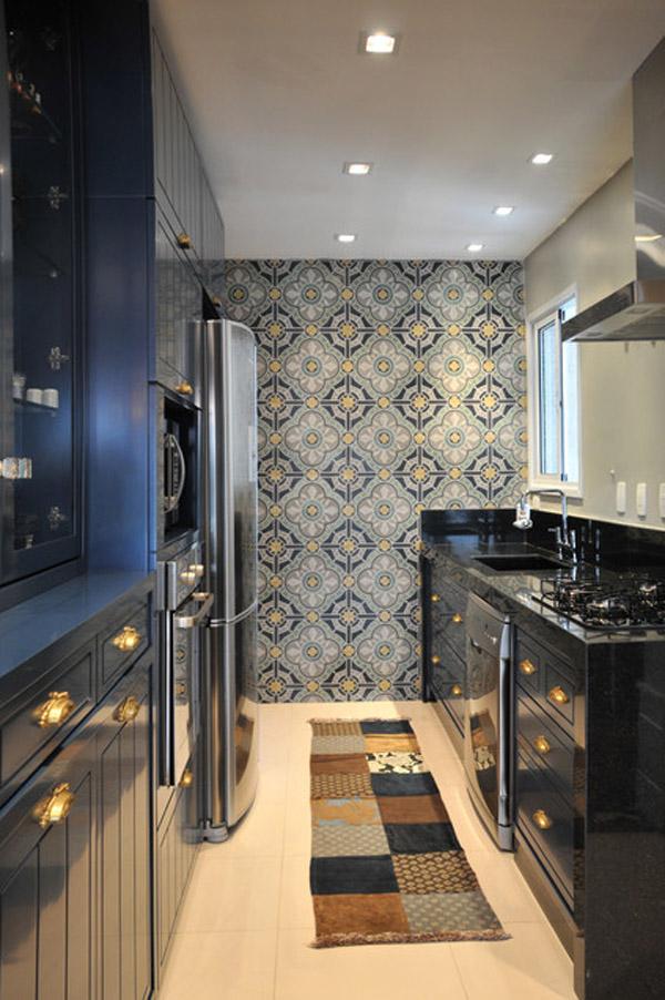 Узорные обои на стене кухни в чёрной гамме