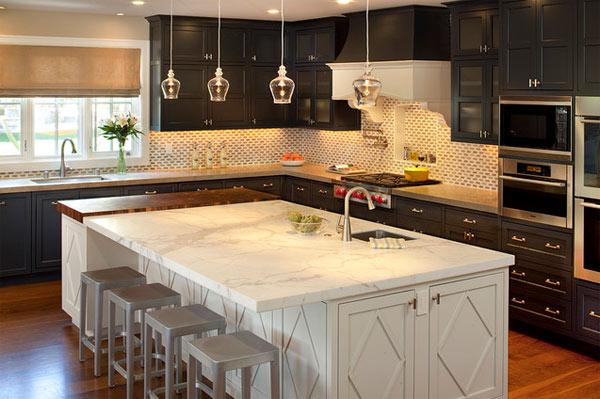 Утончённый дизайн интерьера кухни в чёрной гамме