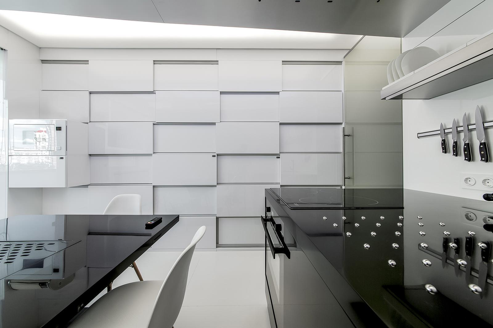 Восхитительный минималистский дизайн кухни в черном цвете