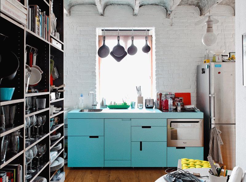 Деревенский дизайн интерьера кухни в светло-синей гамме