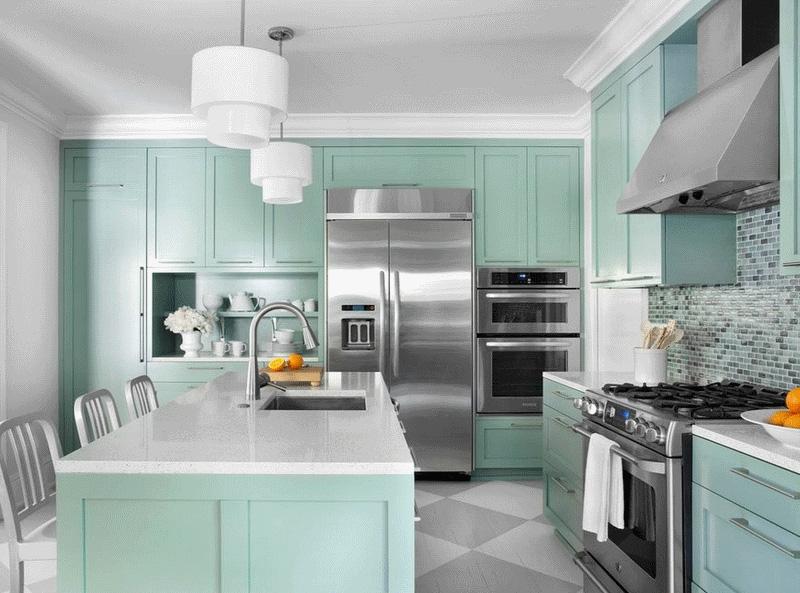 Интерьер кухни в синих тонах — элегантная бирюза