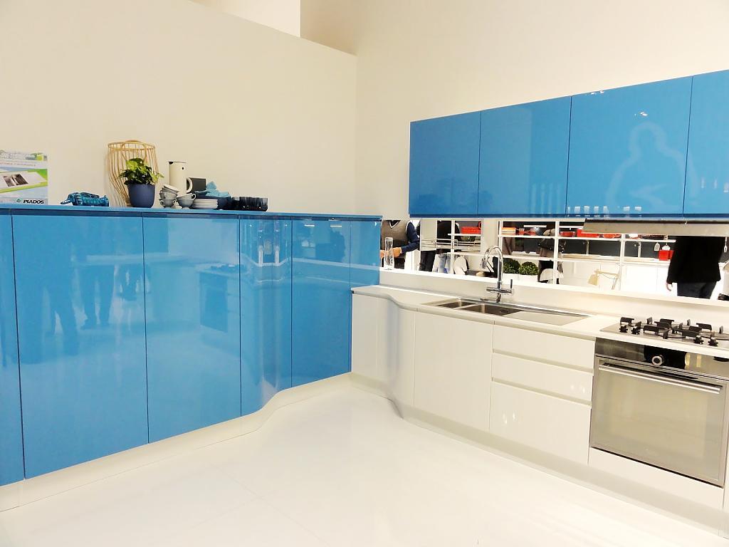 Кухня с глянцевыми фасадами