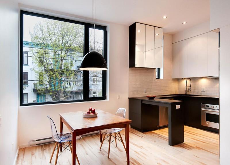 Интерьер чёрно-белой кухни с деревянными акцентами