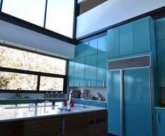 Стильный дизайн интерьера кухни от Merzbau Design Collective в бирюзовом цвете