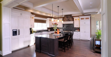Белоснежный дизайн кухонных шкафов от Mullet Cabine