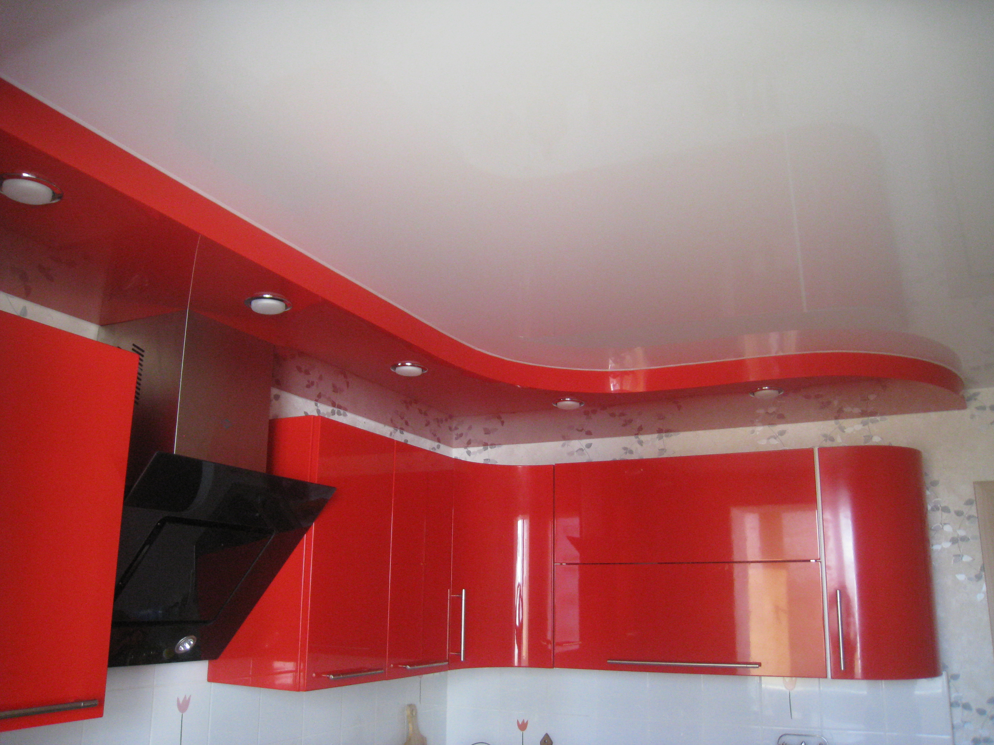 Современный дизайн потолка в интерьере кухни