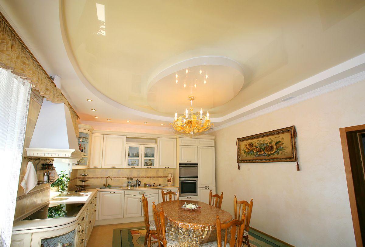 Роскошный дизайн потолка в интерьере кухни