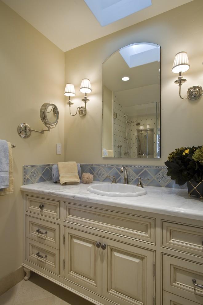 Оформление ванной комнаты узорной плиткой в голубых тонах от Brownhouse Design, Los Altos, CA