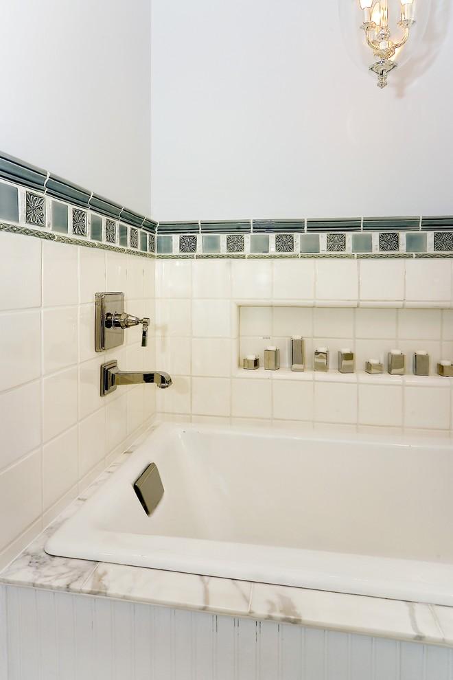 Белая керамическая плитка с яркой окантовкой в оформлении ванной от Amoroso Design