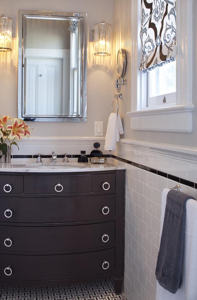 Белая керамическая плитка Wainscot в оформлении ванной комнаты от Artistic Designs for Living, Tineke Triggs