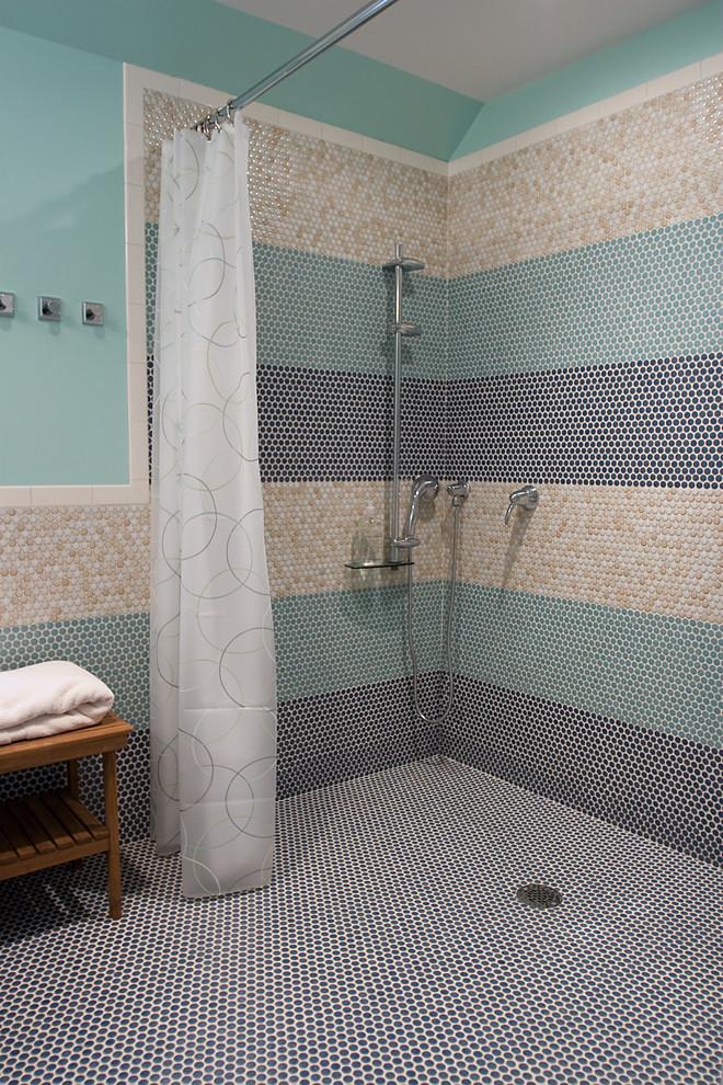 Душевая кабинка, выложенная ячеистой мозайкой