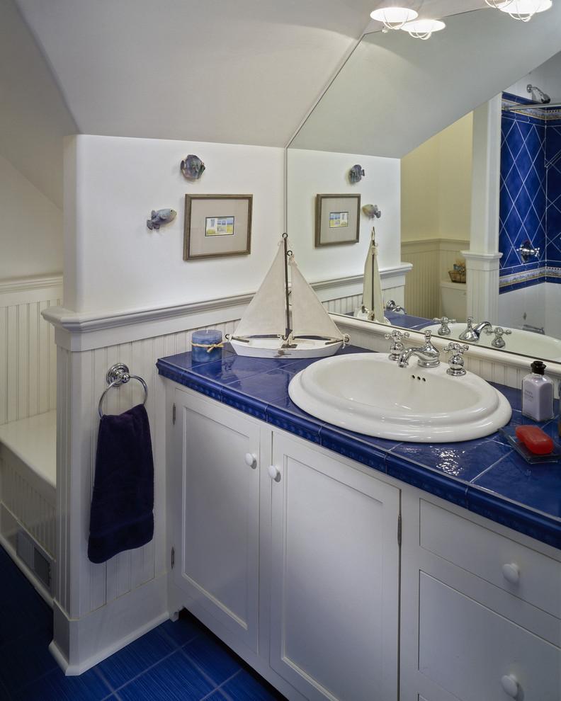 Ярко-синяя плитка в оформлении раковины ванной комнаты от Witt Construction