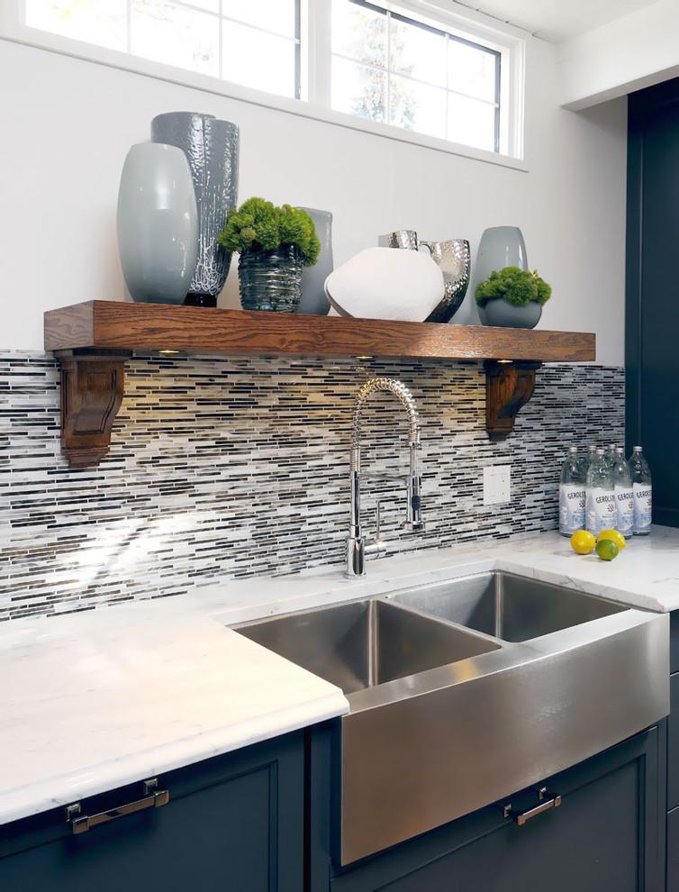 Оригинальный дизайн кухонного фартука стеклокерамической плиткой в серой гамме от Atmosphere Interior Design Inc.