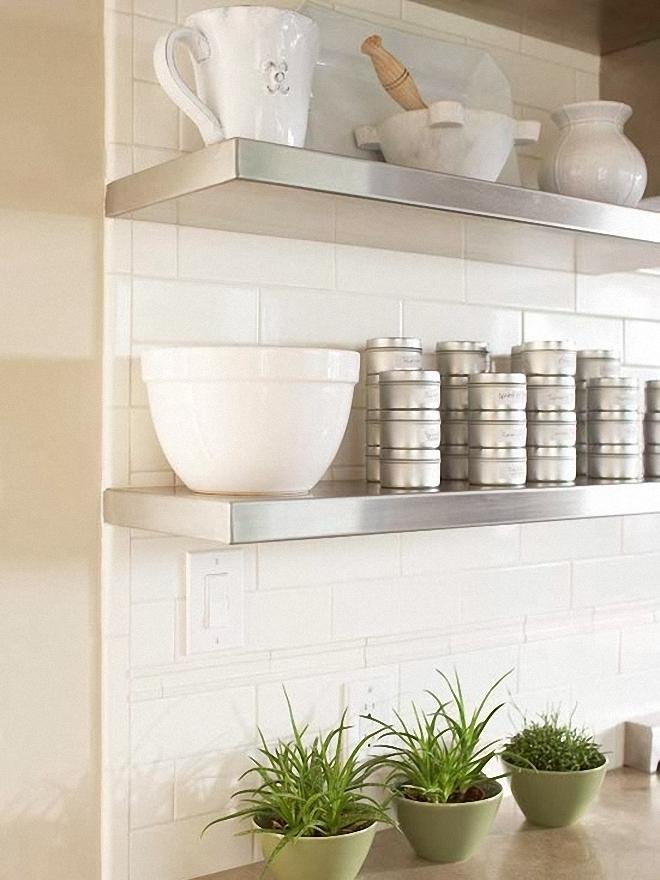 Открытые полки из нержавеющей стали на фоне белой керамической плитки от Amoroso Design