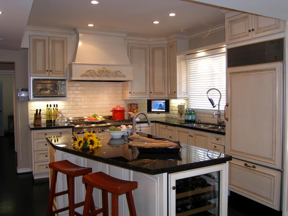 Стильные барные стулья бордового цвета в светлом интерьере кухни от Lori Gilder