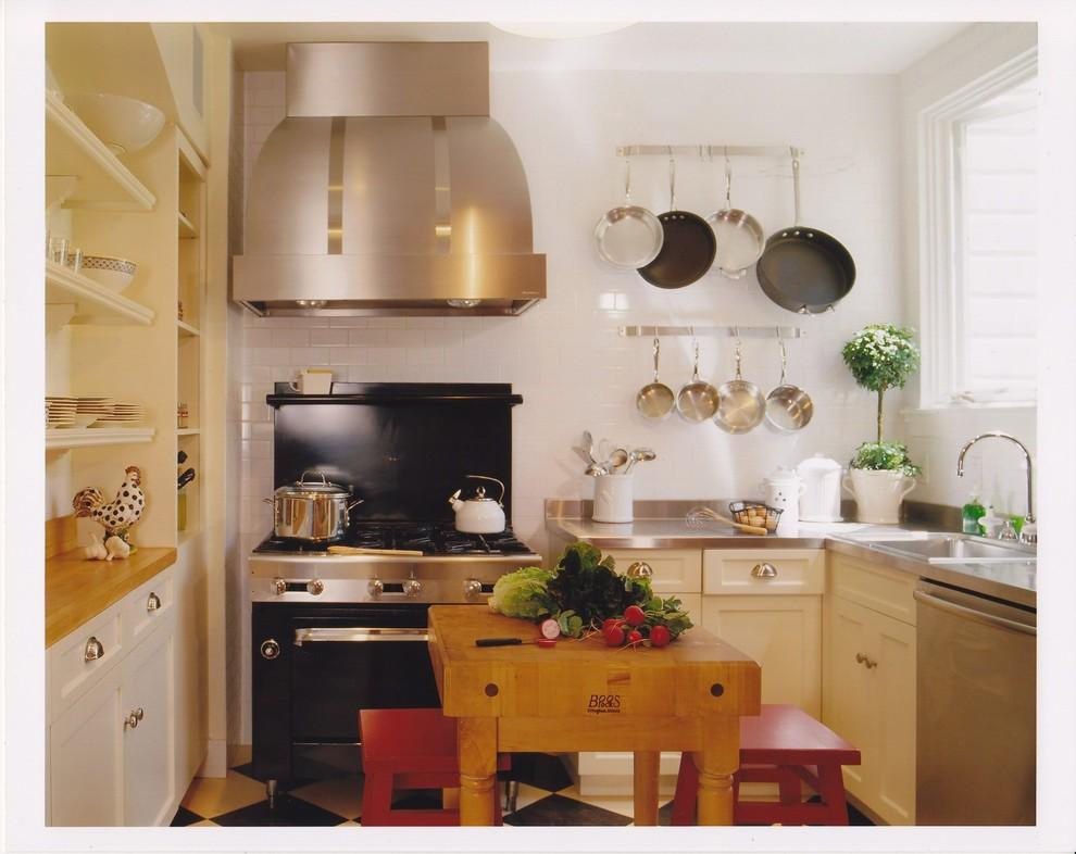 Стильные барные табуреты цвета красного вина в светлом интерьере кухни от Andre Rothblatt