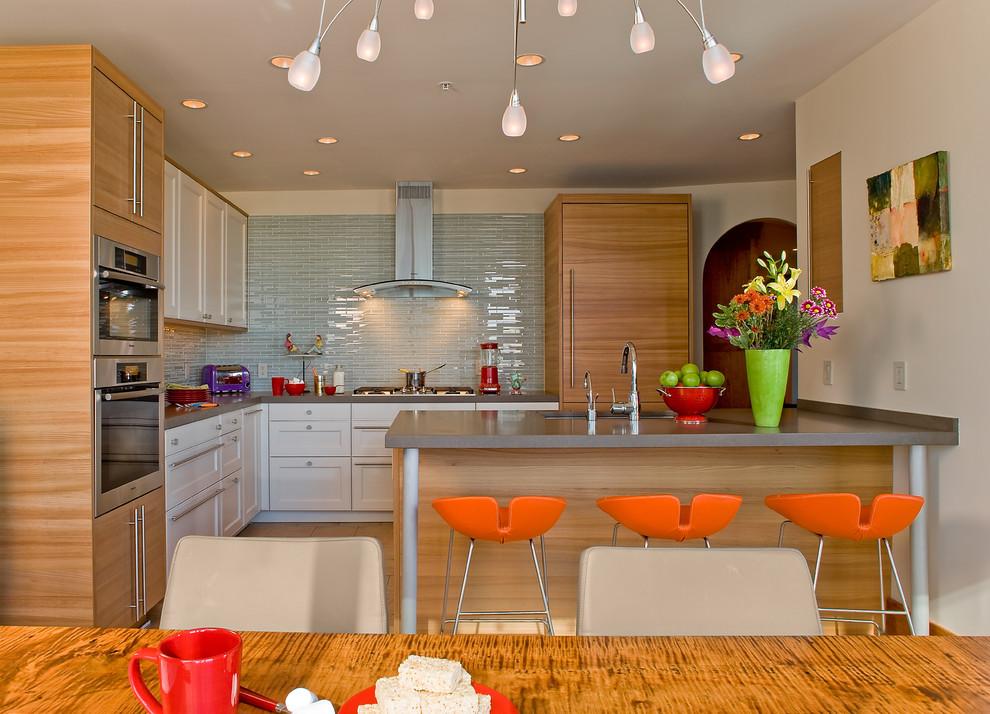 Стильные барные стулья оранжевого цвета в интерьере кухни из светлого дерева от David Sharff Architect, P.C.