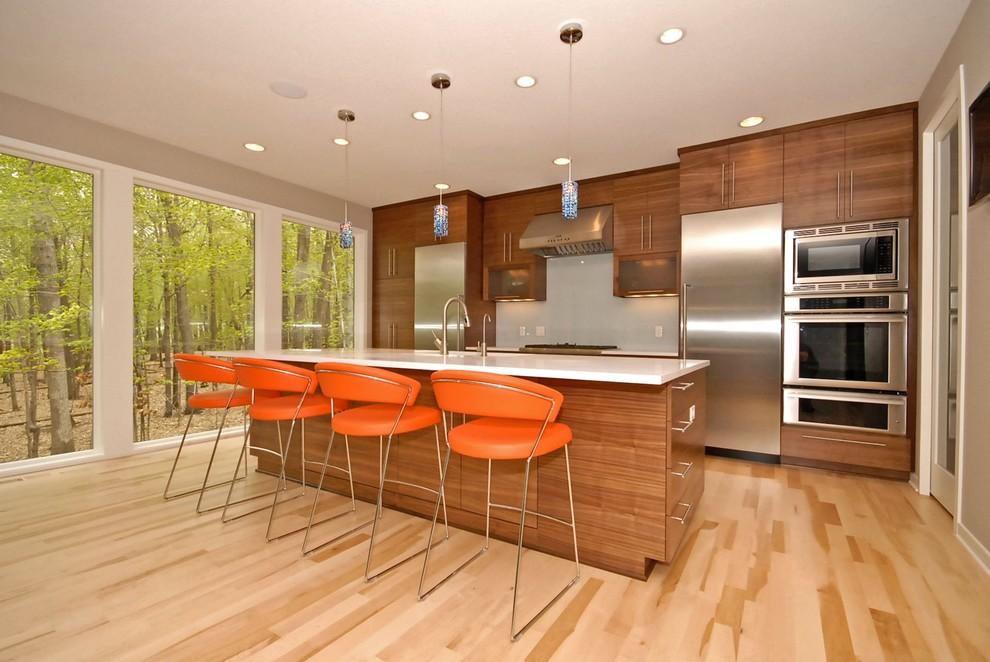 Стильные барные стулья  цвета  апельсина в интерьере кухни из светлого дерева от Vision Homes & Remodeling