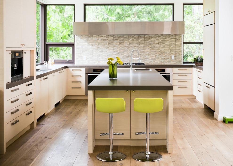 Стильные барные стулья лимонно-жёлтого цвета в светлом интерьере кухни от Heffel Balagno Design Consultants