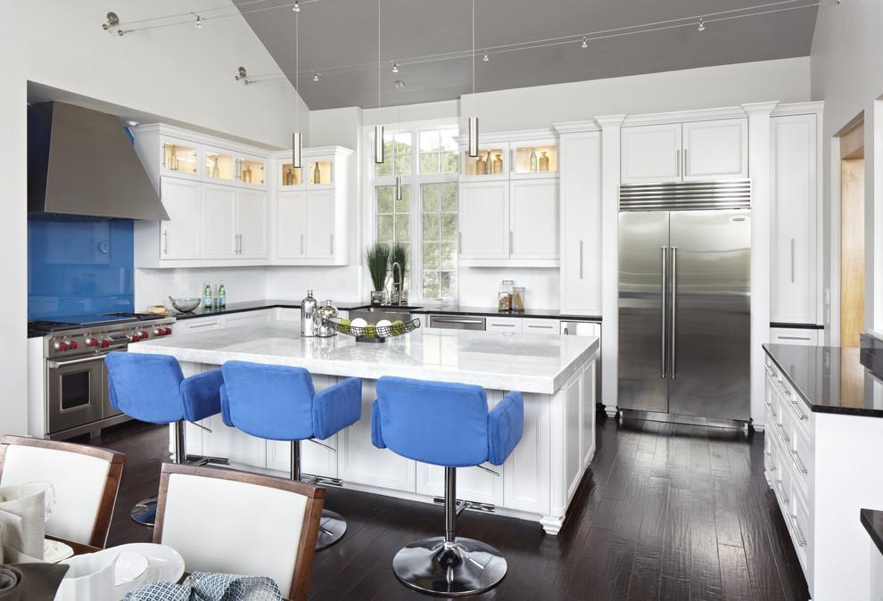 Стильные барные кресла синего цвета в интерьере белоснежной кухни от Tracy Miller/Miller Greene Design Studio