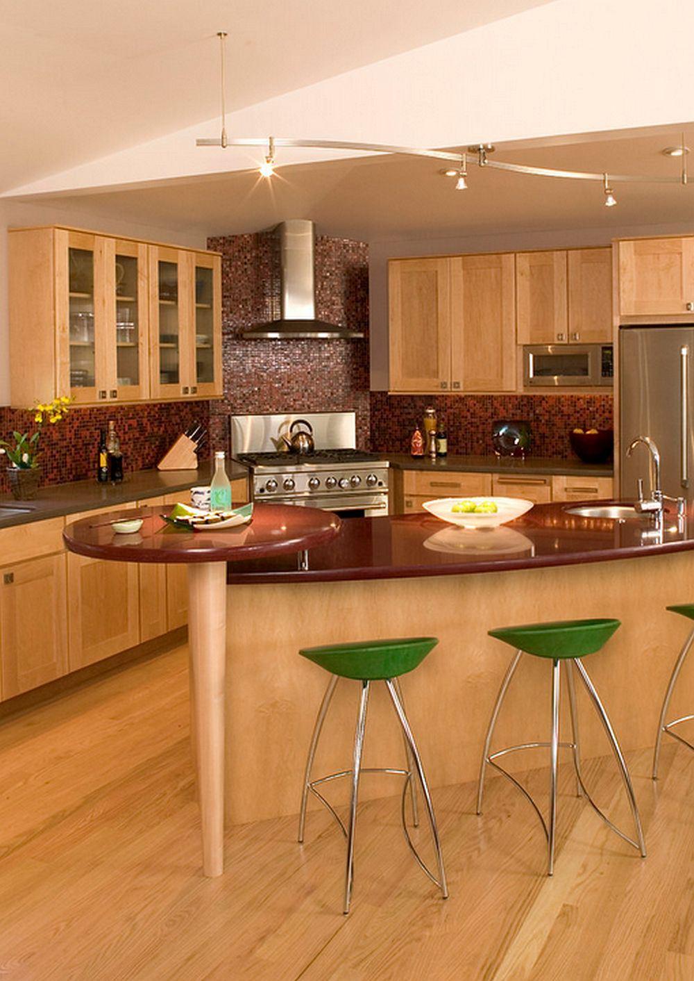 Стильные барные стулья зелёного цвета в интерьере кухни из светлого дерева от Julie Williams