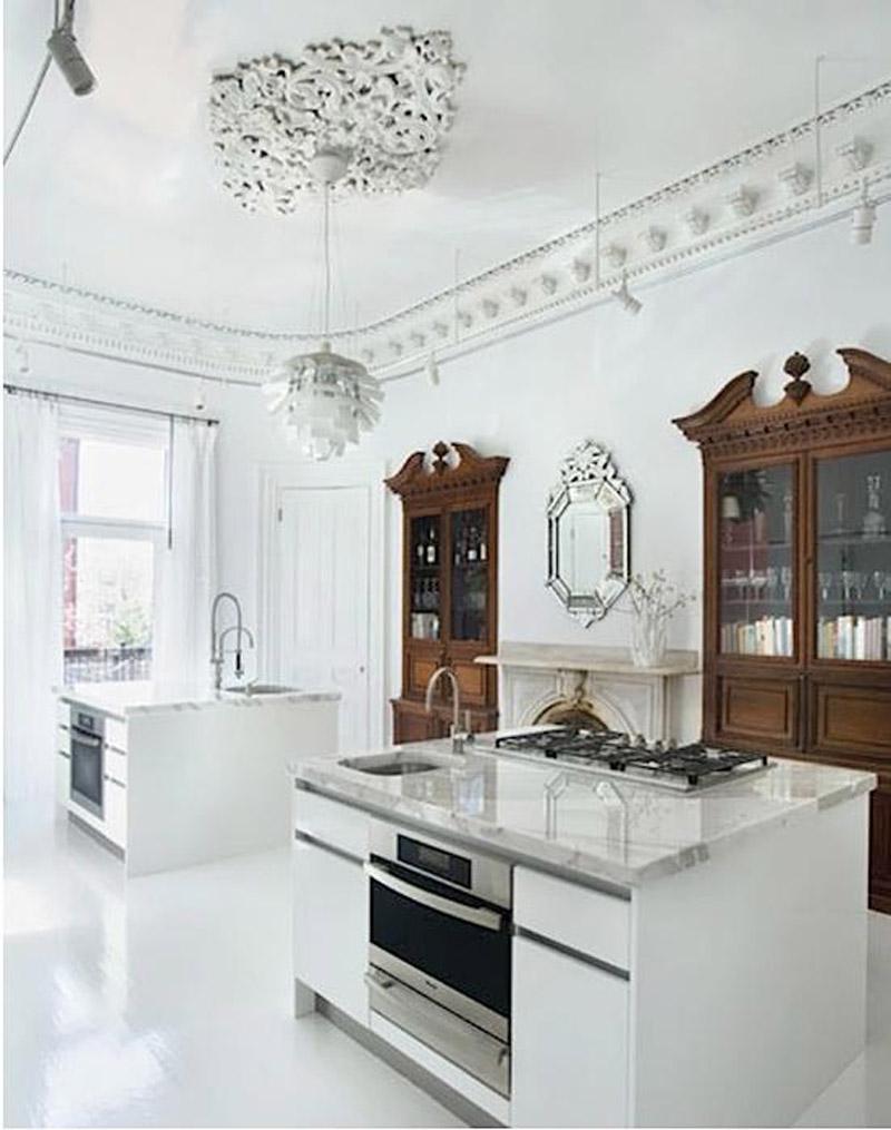 Современная белая люстра на кухне