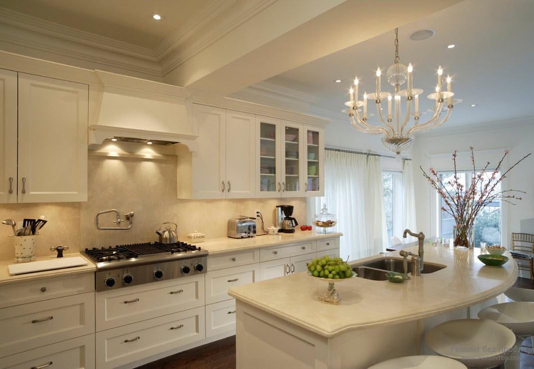 Шикарная люстра над кухонным островом