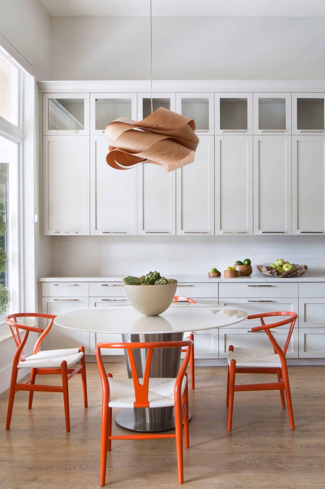 Извилистая форма люстры на кухне