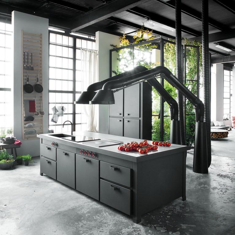 Черная вытяжка в интерьере современной кухни