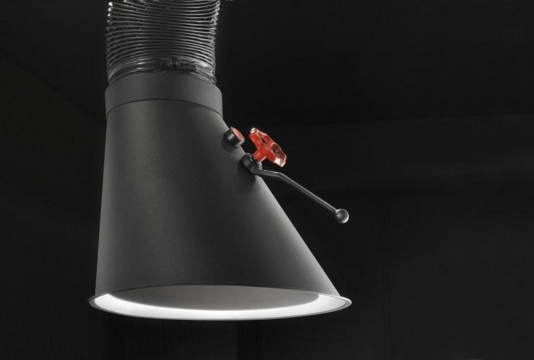 Черная вытяжка в интерьере: красный вентель