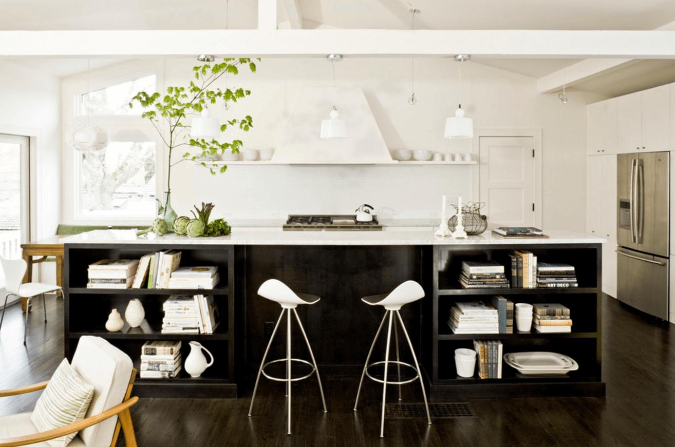 Чёрный цвет в дизайне кухни с белоснежными стенами