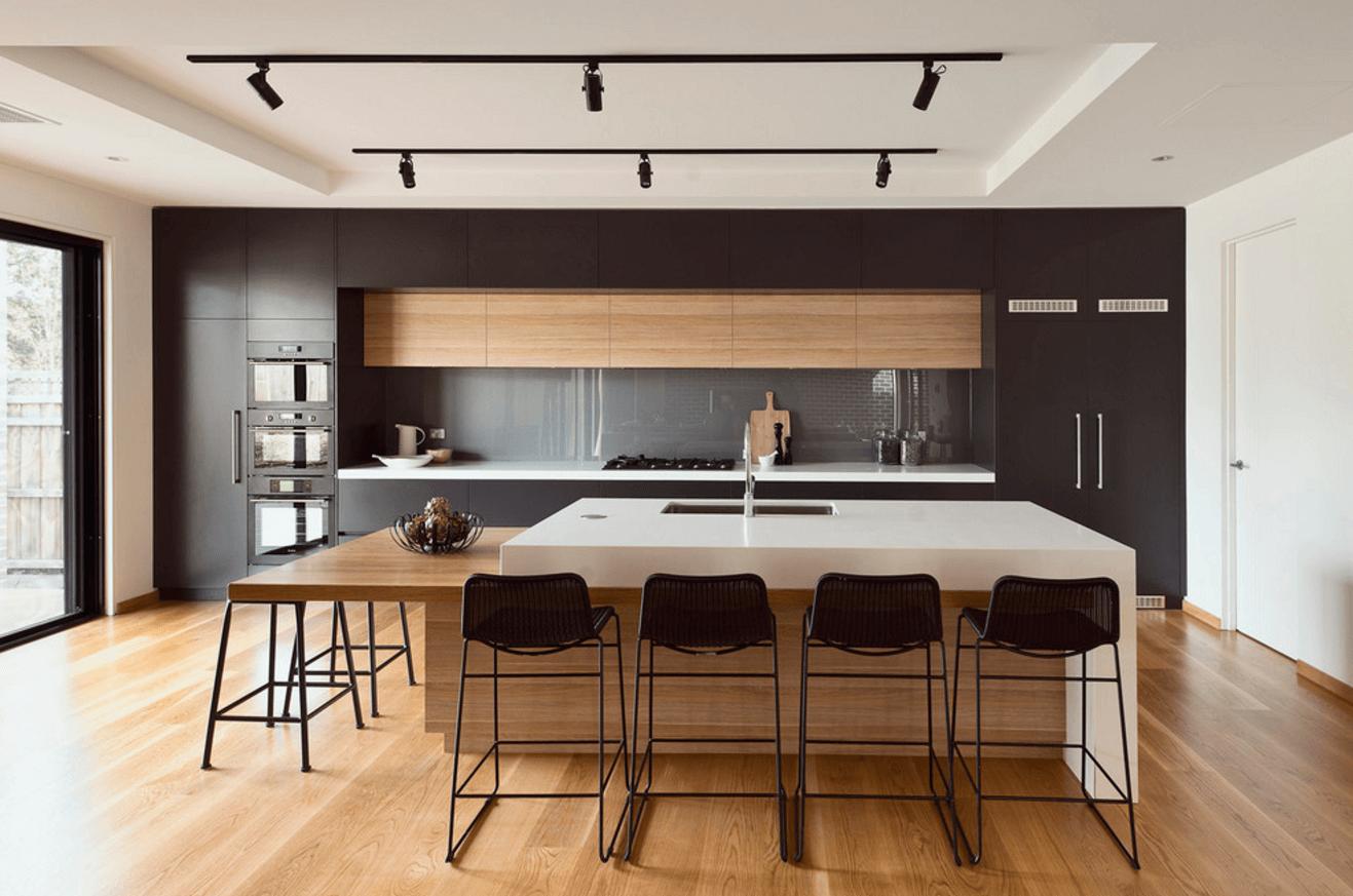 Чёрный цвет в дизайне кухни с деревянной отделкой