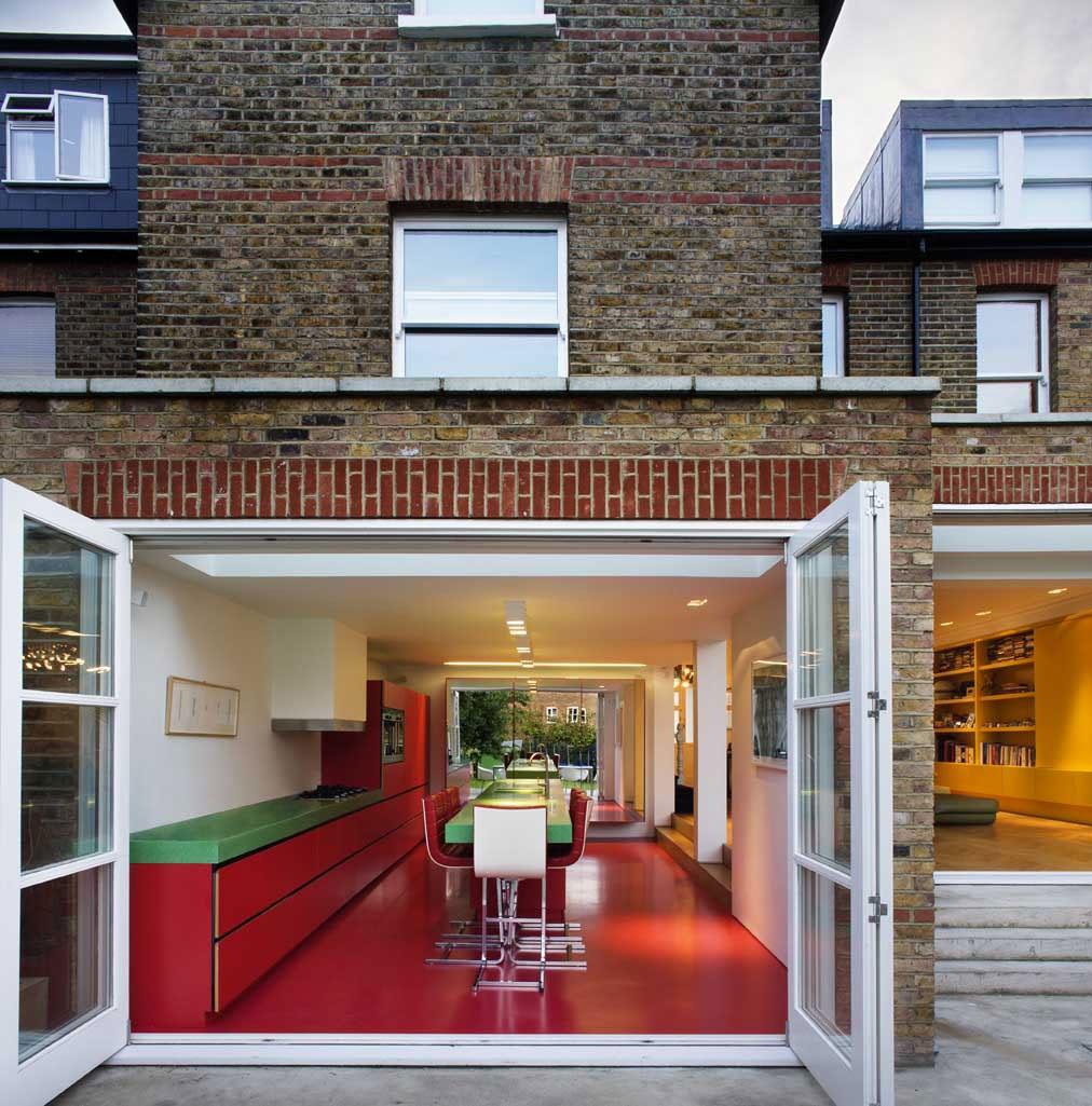 Интерьер красно-белой кухни с зелёными акцентами