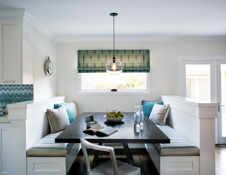 Контрасные декоративные подушки на диванах-банкетках гостевого уголка
