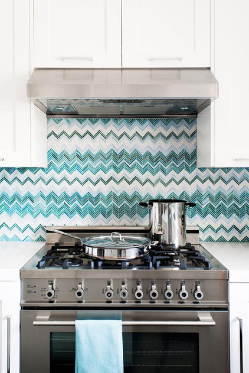 Стеклянный кухонный фартук с геометрическим рисунком