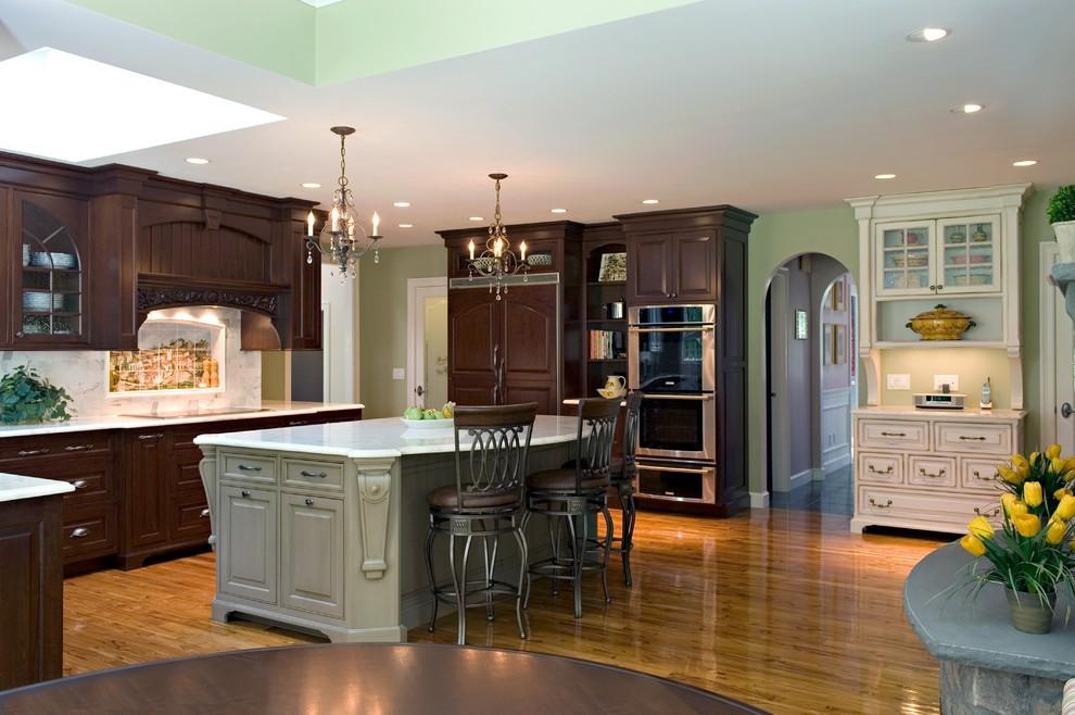 Роскошная люстра в стильном интерьере кухни